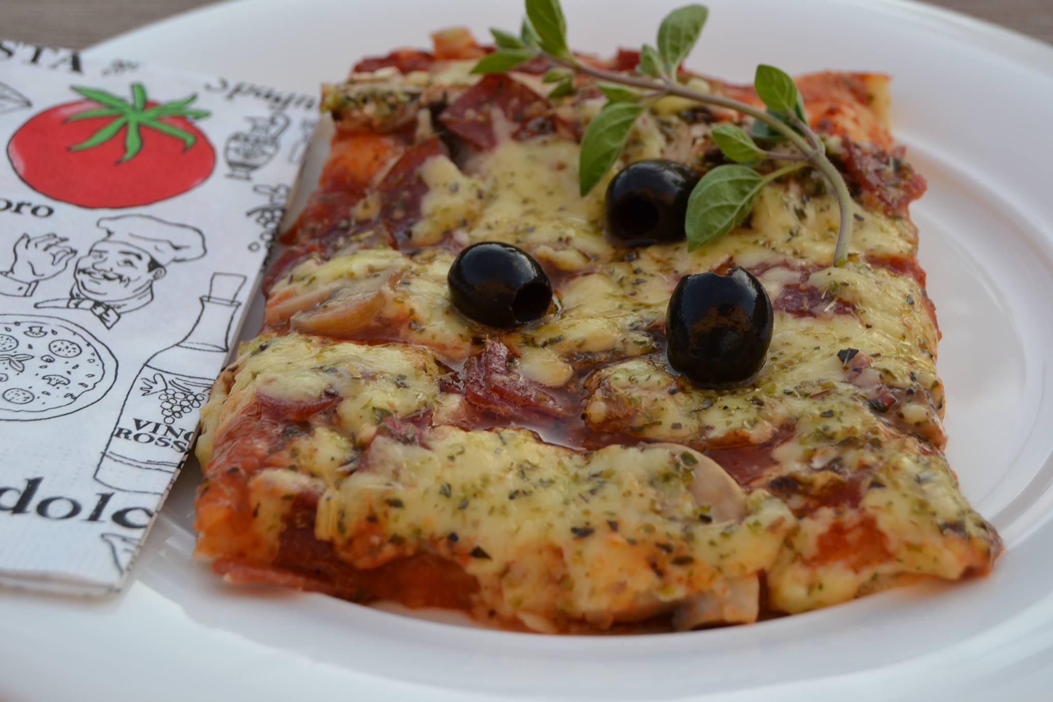 Pizza mit Champions und Salami