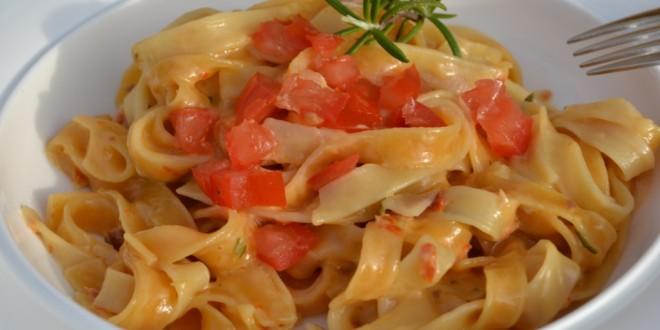 Tagliatelle in Rosmarin-Tomaten-Soße