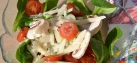 Feldsalat mit Tomaten und Parmesankäse