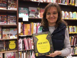 Dani stolz mit ihrem ersten Kochbuch