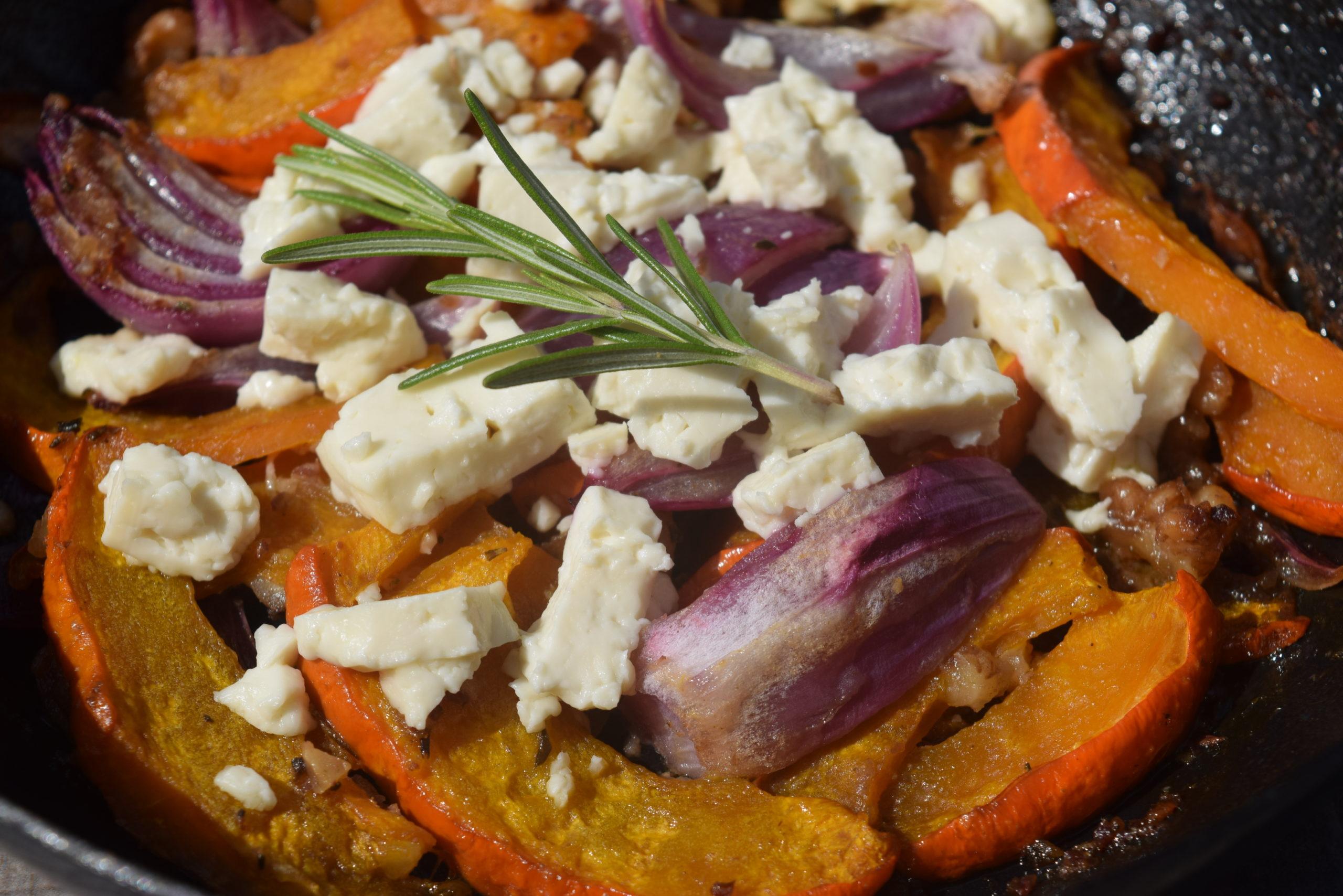 Kürbis-Pfanne mit Feta und roten Zwiebeln